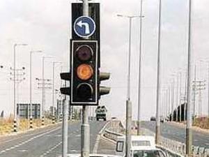Этот светофор относится только к повороту налево! При этом вперед может продолжать гореть зеленый - он будет чуть сбоку, не попал в кадр